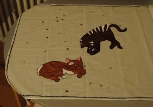 Mit Schmucksteinen und Katzenmotiv dekorierter Schal