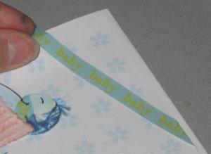 Auf aufgeklebtem farbigen Papier ein Spruchband platzieren