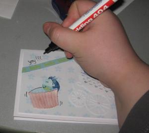 Mit Stiften oder Stempeln Grußworte auf Außenseite der Karte anbringen